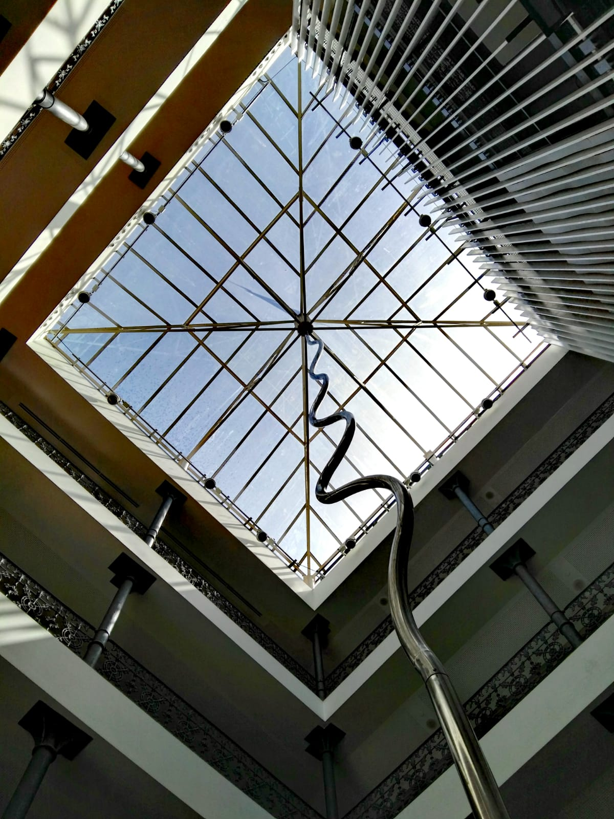 Un sostre de vidre i una escala que s'ha de baixar